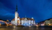 Olomoucká radnice se ve čtvrtek oděje do modré