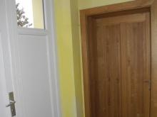 Zadní vchod (bílé dveře), dolní salónek (hnědé dveře)