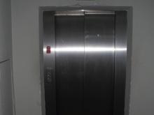 Výtah v přízemí (levé křídlo od hlavního vchodu)
